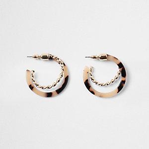 Boucles d'oreilles créoles dorés torsadées avec détail écaille