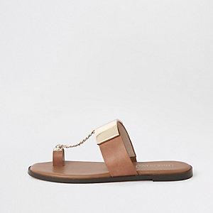 Sandales marron à entredoigt et chaîne