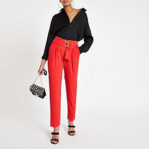 Pantalon fuselé rouge avec ceinture à boucle