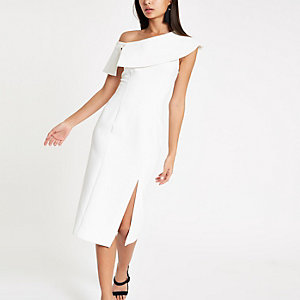 Robe mi-longue ajustée blanche effet cape