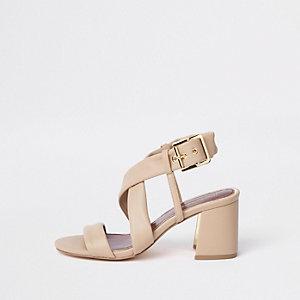 Sandales beiges à brides croisées et talon carré coupe large