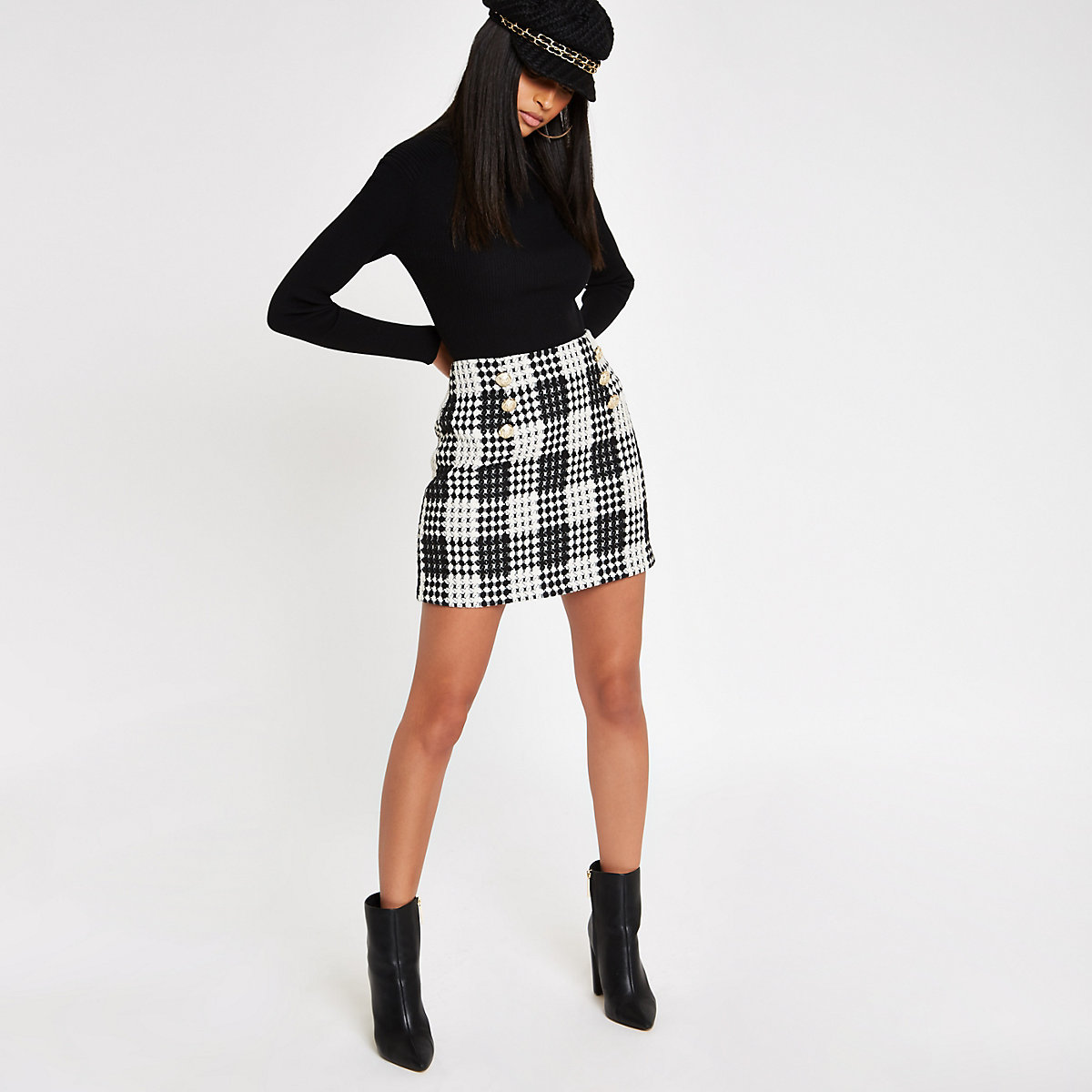 Mini-jupe à carreaux noire boutonnée devant