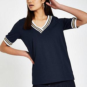 Ruim marineblauw T-shirt met V-hals en contrasterend randje