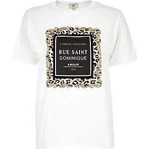 RI Petite - Wit T-shirt met gevlokte 'Rue Saint'-print