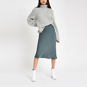 Jupe mi-longue bleu foncé coupée en biais