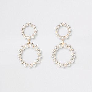 Goldene Hängeohrringe mit Perle