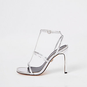 Sandales argentées à talons et lanières
