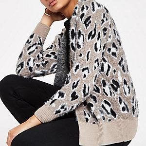 Pluizig grijs gebreid vest met luipaardprint