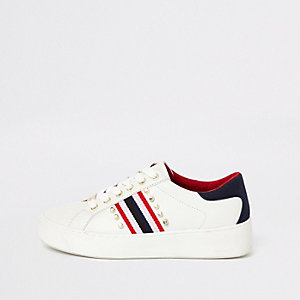 Witte vetersneakers verfraaid met studs