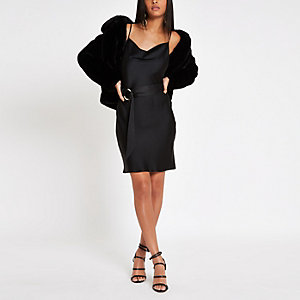 Zwarte mini-jurk met losvallende col