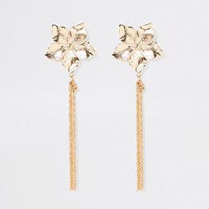 Goudkleurige oorhangers met kettingen en bloemen