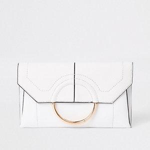 Pochette blanche façon enveloppe avec anneau devant