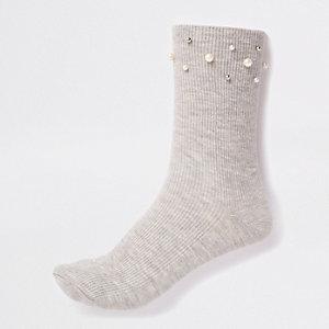 Graue Socken mit Perlenverzierung