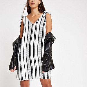 Kleid in Creme mit V-Ausschnitt