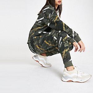 Kaki joggingbroek met camouflage- en 'Rue Dominique'-print