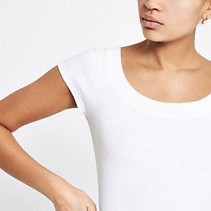 T-shirt ajusté blanc à encolure dégagée