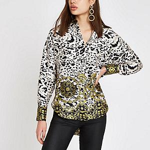 Weiße, langärmlige Bluse mit Leopardenprint