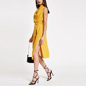 Robe jaune sans manches à col bénitier nouée à la taille