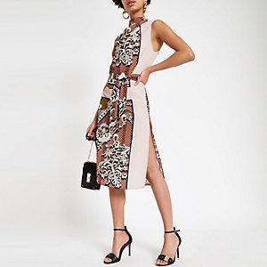 Bruine jurk met verschillende prints, losvallende col en strikceintuur