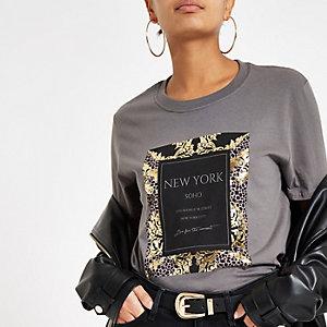 Grijs T-shirt met barokprint en korte mouwen