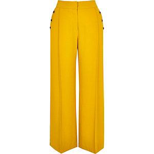 RI Petite - Gele broek met knopen en wijde pijpen