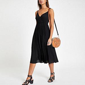 Schwarzes Wickelkleid mit Kellerfalten