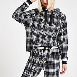 Outfit mit schwarzem Hoodie