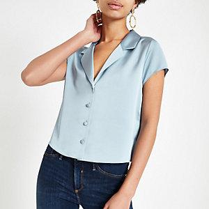 Blaues, kurzes Satin-Hemd