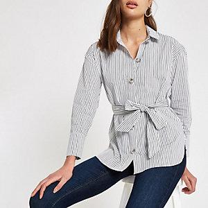 Chemise rayée blanche nouée à la taille