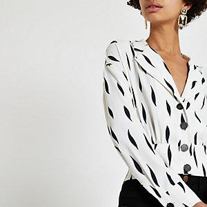 Weiße Hemdjacke in Wickeloptik mit Print