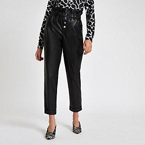 Pantalon en cuir synthétique noir à taille haute ceinturée et bouton
