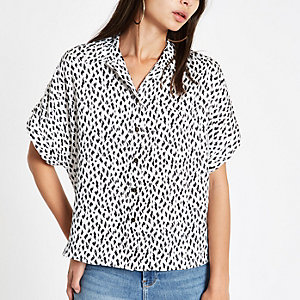 Wit overhemd met stippen en korte mouwen
