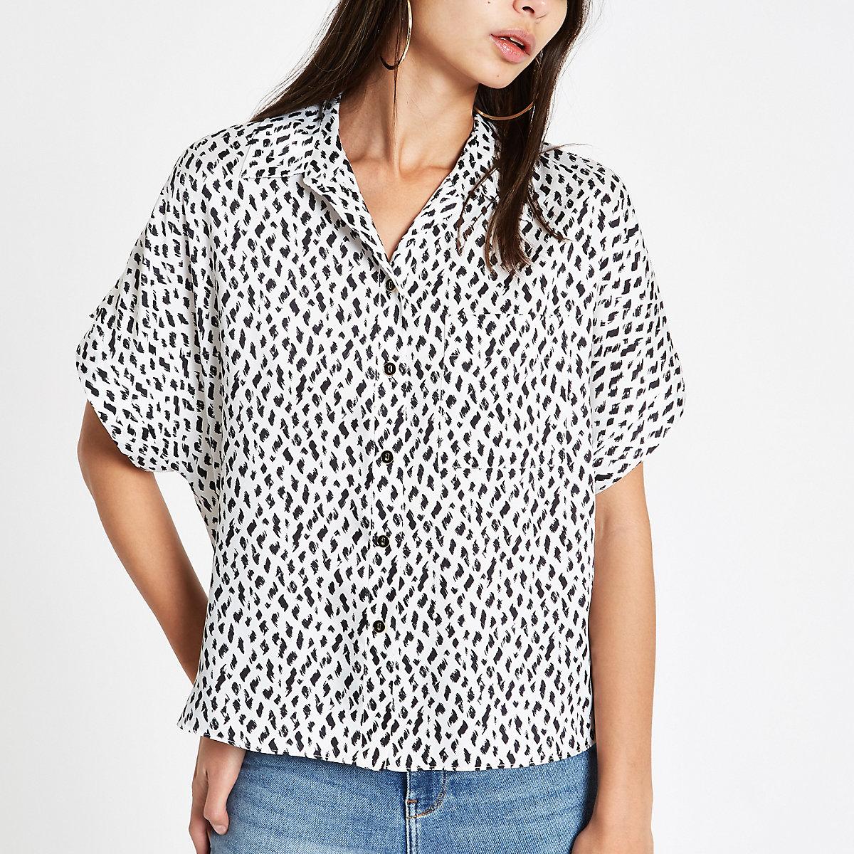 White spot print short sleeve shirt