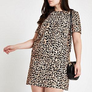 Plus – Braunes T-Shirt-Kleid mit Leoparden-Print