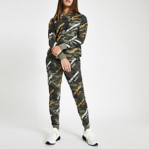 RI Petite - Kaki joggingbroek met 'Rue Saint'- en camouflageprint