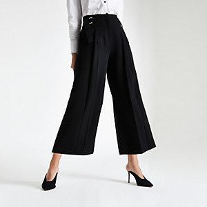 Kurz geschnittene Hose mit weitem Beinschnitt