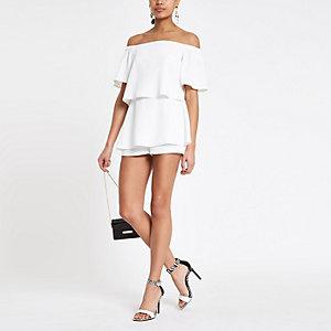 Weißer Bardot-Playsuit mit Rüschen
