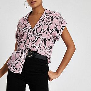 Roze ruimvallend overhemd met slangenprint