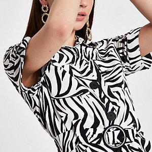 Weißes Hemd mit Taillengürtel und Zebraprint