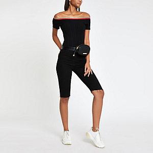 Zwarte geribbelde body met contrasterend randje en ronde hals