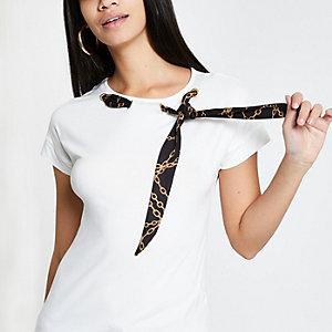 Wit T-shirt met sjaal aan de zijkant van de hals