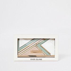 Groene portemonnee met druksluiting en uitsnede in cadeauverpakking