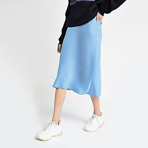 Jupe mi-longue bleu clair coupée en biais
