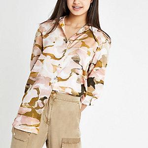 Chemise imprimé camouflage rose à manches retroussées