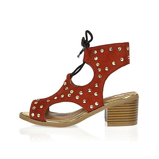 Rote, nietenverzierte Schuhe