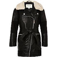Schwarzer, langer Mantel mit Kunstfellkragen