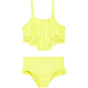 Gelber Bikini mit Laserschnittmuster