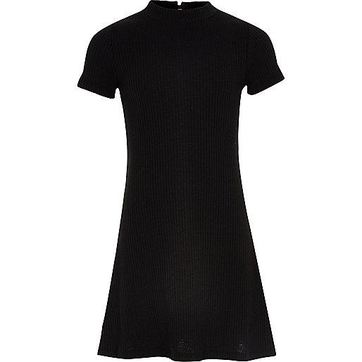 Geripptes ausgestelltes Kleid