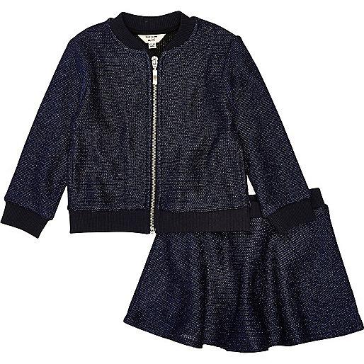 Outfit mit marineblauer Bomberjacke und Rock
