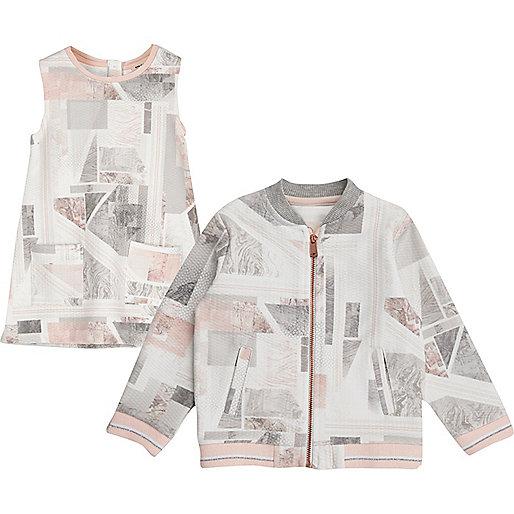 Pinke Bomberjacke und Kleid